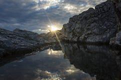 Foto hermosa de la naturaleza y del paisaje de rocas en el mar adriático en Croacia Foto de archivo