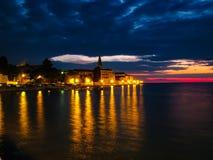 Foto hermosa de la puesta del sol de la ciudad a través del mar foto de archivo libre de regalías
