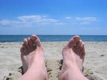 foto het ontspannen op het strandzand Royalty-vrije Stock Afbeeldingen