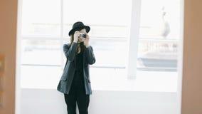 Foto het schieten Modieus mooi meisje dat de retro stijlnok houdt Vang het ogenblik Videolengte, Reis bloger stock footage