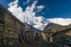 Foto Himallaya de seguimiento Vilage Fondo de Nepal Mountans de la nieve de la visión Viaje del deporte de Hikking horizontal Imagen de archivo