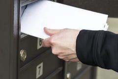 Homem que recebe letras da caixa postal postal fotografia de stock