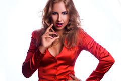 Foto horizontal da mulher de negócio vermelha do cabelo no revestimento vermelho com c Foto de Stock Royalty Free