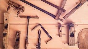 A foto horizontal das ferramentas velhas na parede de madeira cenário Ferramentas decorativas antigas fotografia de stock royalty free