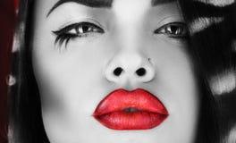 Foto horizontal de la hembra blanco y negro con los labios rojos foto de archivo