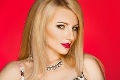 Foto horizontal del blonde adulto del cutie con maquillaje en backgr rojo Fotografía de archivo libre de regalías