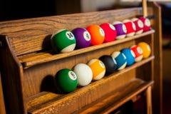Foto horizontal del sistema de las bolas para un juego de los billares de la piscina encendido Fotografía de archivo