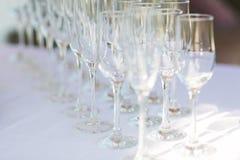 Foto horizontal dos vidros de vinho vazios alinhados, fim acima, preto e branco Foco seletivo Foto de Stock Royalty Free