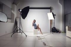 Foto i den vita studion med den härliga unga flickan royaltyfria foton