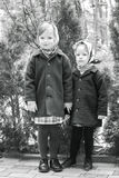 Foto i retro stil Gulliga små flickor (systrar 3 och 4 år) Arkivbilder