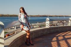 Foto im Freien einer romantischen europäischen Frau mit langem Haarausgaben-Zeitfreien eine europäische Stadt erforschend lizenzfreies stockbild