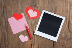 Foto imediata com nota, o lápis e corações vazios Fotografia de Stock Royalty Free