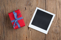 Foto inmediata con el regalo Imágenes de archivo libres de regalías
