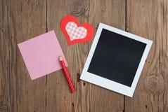 Foto inmediata con la nota, el lápiz y el corazón en blanco Fotografía de archivo libre de regalías
