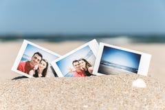 Foto inmediata de los pares felices jovenes del novio y de la novia Fotos de archivo libres de regalías