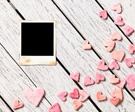 Foto inmediata en blanco en la tabla de madera blanca Foto de archivo libre de regalías