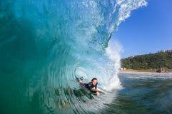 Foto interior del agua de la onda que practica surf Fotografía de archivo