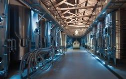 Foto interna della fabbrica contemporanea dell'enologo Fotografie Stock