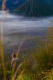 Foto-junger hübscher Mädchen-Sonnenaufgang-Berg-ForestAfrica-Natur-Morgen Volcano Viewpoint Gebirgstrekking, Ansicht Lizenzfreie Stockfotografie