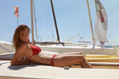 Foto-junges Mädchen, das Kühlzeit-Ozean-Strand macht Eignungs-entspannen sich aktive Frauen-Ausgabe nach Yaht-Sitzungs-hoher See  Lizenzfreie Stockfotografie