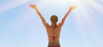 Foto-junges Mädchen, das Yoga-Strand macht Eignungs-Frau, welche die aktive Zeit im Freien verbringt Sommersaison hallo Sun-Konze Lizenzfreie Stockfotografie