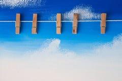 Foto-Klipp, der am blauen Himmel hängt vektor abbildung