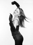 Foto la bella ragazza nel vestito nero Fotografie Stock