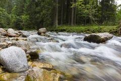 Foto larga de la exposición de un río de la montaña Foto de archivo libre de regalías