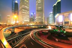 Foto larga de la exposición del sc de la noche del lujiazui de Shangai de la carretera de circunvalación de la ciudad Imágenes de archivo libres de regalías