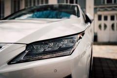 Foto larga do ângulo do carro luxuoso moderno Opinião do close up do farol Projeto fantástico elegante fotos de stock royalty free