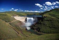 Foto larga do ângulo da parede da represa de Katse em Lesotho fotografia de stock