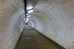Foto larga do ângulo do túnel do pé de Greenwich sob o rio Tamisa, pessoa que anda afastado na distância fotografia de stock royalty free