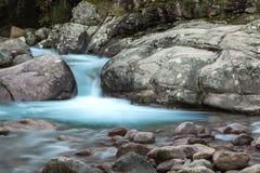 Foto lenta dell'otturatore del fiume di Figarella a Bonifatu in Corsica Fotografie Stock Libere da Diritti