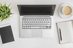 Foto lisa da configuração da mesa de escritório Fotografia de Stock