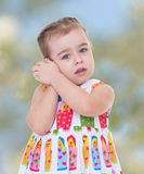 Foto little girl listening to seashell foto Royalty Free Stock Photo