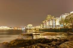 Foto longa da exposição de HDR da noite do litoral de Malta, Saint Pauls Bay foto de stock