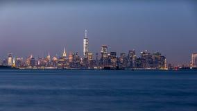 Foto longa da exposição de uma skyline do Lower Manhattan imagens de stock