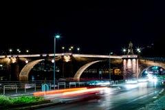 Foto longa da rua da vida noturna da exposição em Heidelberg, Alemanha imagem de stock