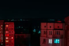 Foto lunga di esposizione dei grattacieli alle luci rosse e blu Paesaggio urbano di notte, Corridoio Grande vita di città fotografia stock libera da diritti