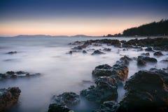 Foto lunga di esposizione di una parte della spiaggia di Pala Fotografie Stock