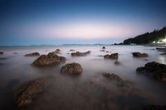 Foto lunga di esposizione di una parte della spiaggia di Pala Immagini Stock