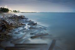 Foto lunga di esposizione di una parte della spiaggia di Pala Fotografia Stock