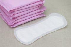 Foto médica do conceito Almofadas menstruais da mulher para o período do sangue Almofadas macias sanitárias da menstruação, prote imagem de stock royalty free