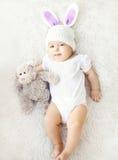 Foto macia do bebê doce no chapéu feito malha com as orelhas de coelho Fotos de Stock Royalty Free