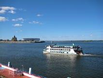 Foto macra con el fondo decorativo de la barca del transporte durante la navegación del verano y el terraplén de la ciudad europe fotos de archivo libres de regalías