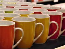 Foto macra con la textura decorativa brillante del fondo de las tazas de los artículos del hogar para las bebidas Fotos de archivo libres de regalías