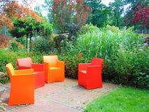 Foto macra con un fondo decorativo del jardín del diseño del paisaje y arte del parque con los elementos de los muebles Imágenes de archivo libres de regalías