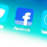 Foto macra de la muestra del facebook y barra de la búsqueda en el teléfono móvil Imagen de archivo libre de regalías