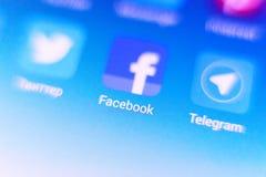 Foto macra de la muestra del facebook y barra de la búsqueda en el teléfono móvil Foto de archivo libre de regalías