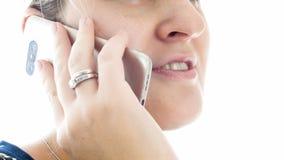 Foto macra de la mujer joven que habla por el teléfono móvil Imagenes de archivo